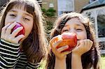 Verzehr von Äpfeln Mädchen im freien