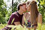 Teenager Paar küssen in hohem Gras