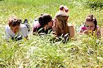 Jugendliche küssen Freunde ignorieren