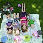 Enfants pose sur la couverture de pique-nique