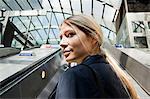 Geschäftsfrau auf u-Bahn Rolltreppen