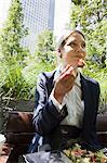 Geschäftsfrau essen Salat im freien