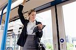 Geschäftsfrau unterwegs auf Zug mit Buch