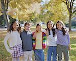 Fünf Kinder (8 – 10) stehend mit Waffen um jedes andere, Porträt