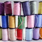 Nadel, Spulen des bunten Thread im Hintergrund (Nahaufnahme)