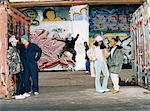 Adolescents à la mode dans un arrêt de Backstreet urbain