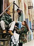 Trois adolescentes assis sur une évacuation parler