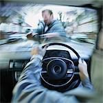 Persönlichen Perspektive eines Treibers in ein Mann zu Fuß in einer Straße ein Auto krachen