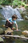 Jeune garçon, exploration de la nature