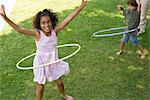 Kinder spielen mit Kunststoff Hoo im freien