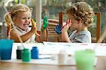 Kinder Fingermalerei, Hände in Farbe bedeckt