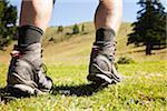 Pieds du randonneur en bottes de randonnée