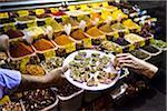 Prise d'échantillon, le Bazar aux épices, Istanbul, Turquie