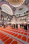 Touristes à l'intérieur la mosquée Süleymaniye, Istanbul, Turquie