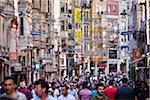 Crowded Street Scene, Istiklal Caddesi, District de Beyoglu, Istanbul, Turquie