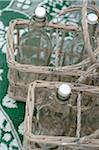 Bouteilles en verre dans des paniers