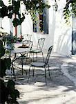 Terrasse avec table de jardin et chaises