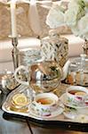 Plateau à thé sur la table basse