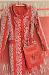 Mantel und Tasche auf Kleiderbügel