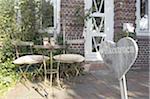 Signe et table et chaises à l'entrée de la maison