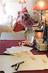 Lettre et stylet suivant pour le bouquet de roses
