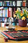 Backgammon-Set und Glas Rotwein