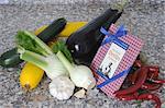Assortiment de légumes et livre de recettes