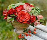 Bouquet de fleurs avec Zinnia, orpin et roses