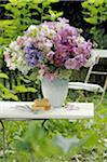Bouquet coloré de fleurs sur la table de jardin