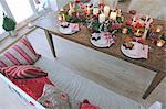 Décoration de Noël sur table dans le salon