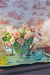 Bouquet de fleurs et les verres sur la commode