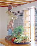Bol avec légumes et sculpture sur le comptoir de la cuisine