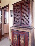 Holzgehäuse und offene Tür