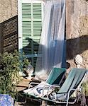 Zwei Liegestühle vor einem Fenster