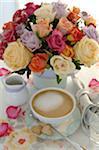 Paar Blumen und Kaffeemaschine auf Esstisch
