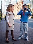 Zwei Kinder fotografieren, Front Street, Toronto, Ontario, Kanada