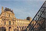 Musée du Louvre et pyramide, Paris, France