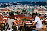 Couple à manger au Restaurant avec vue sur le quartier de Malá Strana, Prague, République tchèque