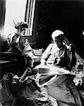 ANNÉES 1930 TOY BOY HOLDING VOILIER REGARDER GRAND-PÈRE COUDRE VOILE