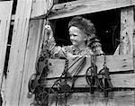 1950ER JAHRE JUNGE GEKLEIDET IN COONSKIN HUT & FRANSEN WESTE WIE DAVY CROCKETT OUTDOORS IN SCHEUNE FENSTER