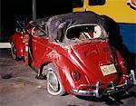 ANNÉES 1960 ROUGE VW BUG COCCINELLE CABRIOLET VOITURE ÉPAVE CRASH RUINE NAUFRAGÉ DOMMAGES AUTOMOBILE ACCIDENT