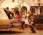ANNÉES 1970 FAMILLE AFRO-AMÉRICAINE CHARGEMENT BREAK PIQUE-NIQUE CHIEN MÈRE PÈRE GARÇON FILLE BANLIEUE MAISON