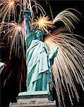 FEUX D'ARTIFICE EXPLOSE DERRIÈRE LA STATUE DE LA LIBERTÉ NEW YORK NEW YORK