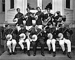 ANNÉES 1890 - ANNÉES 1900 GROUPE DE JEUNES HOMMES JOUANT AU BANJO ET LA GUITARE ORCHESTRE À CORDES