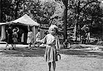 ANNÉES 1910 LITTLE GIRL POISSER FERS À CHEVAL À UN ÉTÉ GIRLS CAMP KANSAS CITY MISSOURI