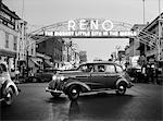 1930ER JAHRE NACHT DES BOGENS ÜBER MAIN STREET RENO NEVADA NEON SIGN DIE GRÖßTE KLEINE STADT IN DER WELT