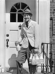 ANNÉES 1940 MILKMAN SMILING AT CAMERA ON PORTE LIVRAISON LAIT