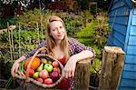 Femme, cueillette de légumes dans le jardin