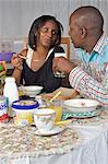 Kenianische paar Teilen Frühstück, Nairobi, Kenia