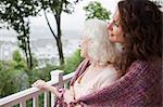 Haute femme et fille embrassant sur porche